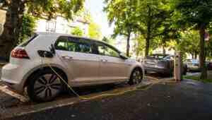 Almanya'da elektrikli otomobillere 900 euro evde şarj istasyonudesteği