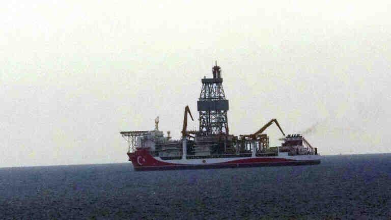 Kanuni sondaj gemisi Bozcaada'da demirledi