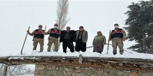 Jandarma o yaşlı çiftin çatısını temizledi