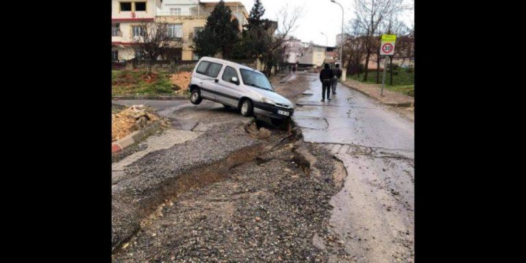 Aşırı yağmur yolları bozdu, araçlar yarıklara düştü