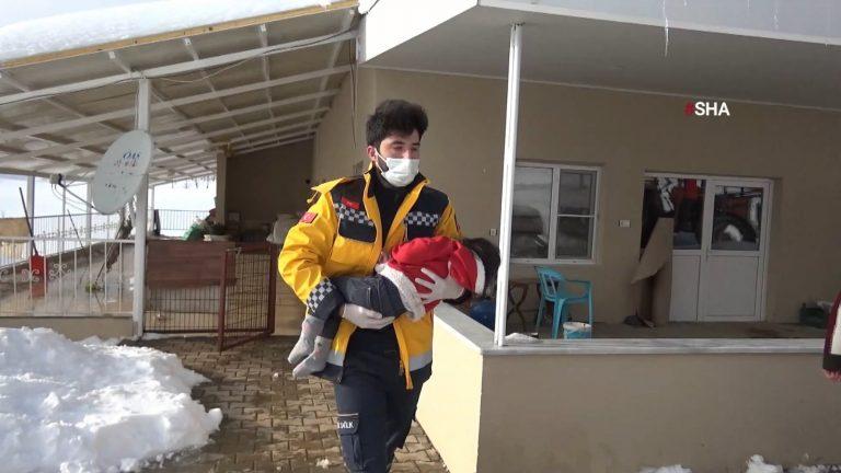 Aylin bebeği paletli ambulans hastaneye getirdi