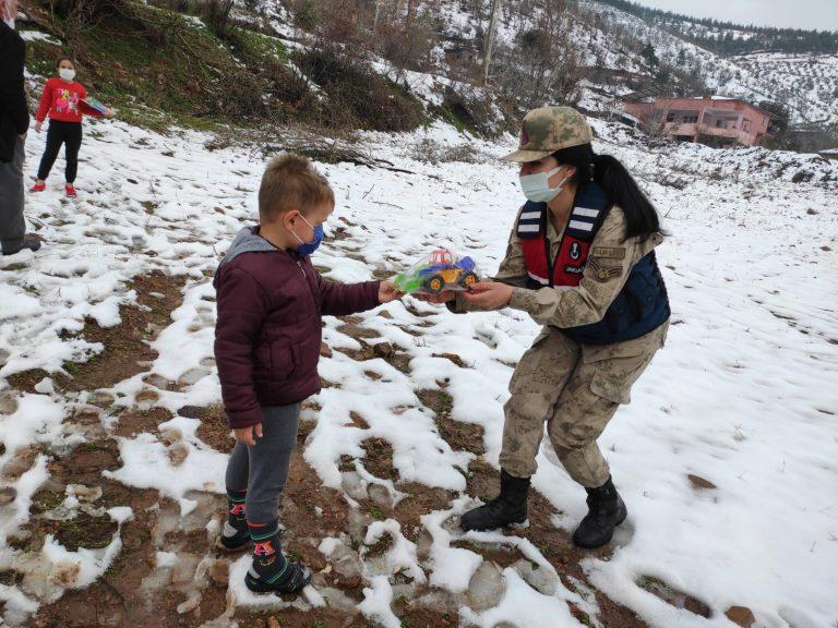 Jandarma çocukları sevindirdi
