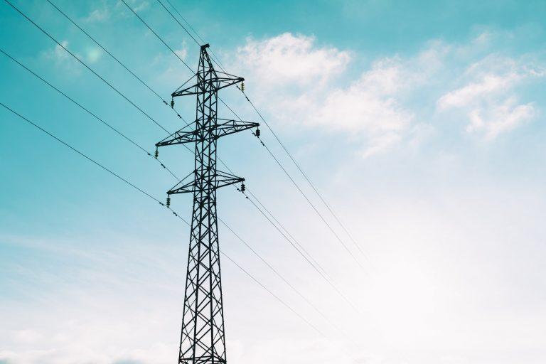 Elektrik çarpan işçi 20 metre yükseklikten aşağı düştü