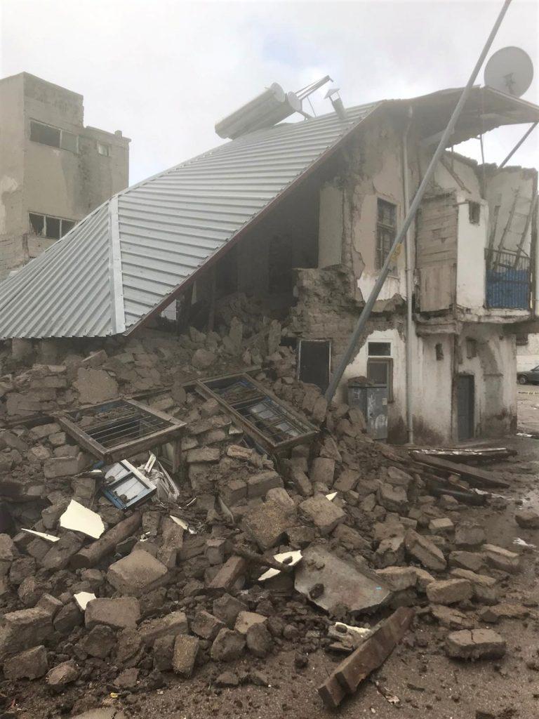 Kerpiç evin yarısı yıkıldı şans eseri kimse yaralanmadı