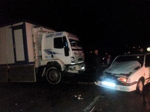 Kamyon otomobili biçiyordu: 2 yaralı