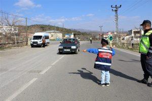 Çocuklar jandarma olup trafik denetimi yaptı