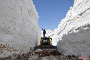 Hakkari Yüksekova'da nisan ayında 8 metre kar