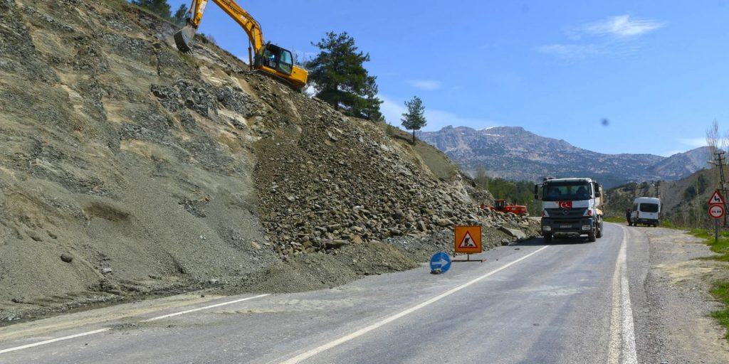 Büyükşehir Belediyesi Yol Bakım Ve Onarım Çalışmalarını Hızla Sürdürüyor