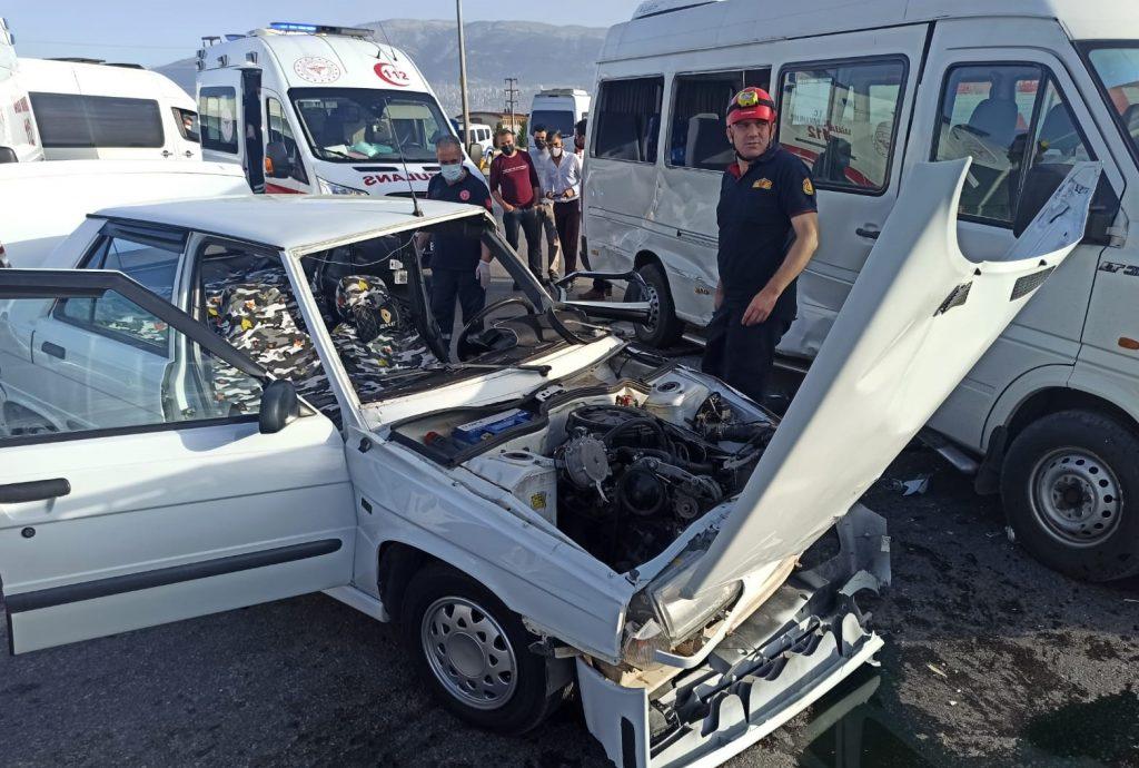 Otomobil ve Minibüs Çarpıştı: 1 ölü 1 yaralı