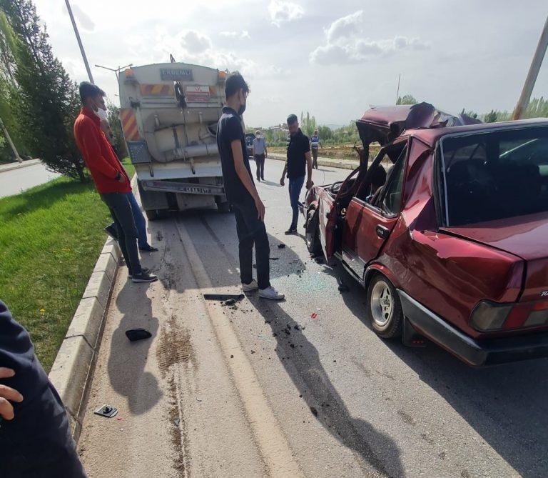 Otomobil Yol Temizlik Aracına Çarptı : 1 Yaralı