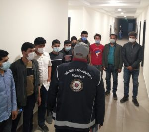 13 kaçak göçmen sınır dışı edildi