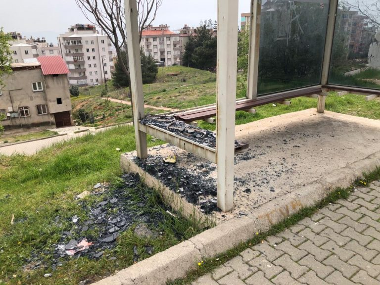 Kahramanmaraş'ta otobüs duraklarına zarar veren 3 kişi yakalandı