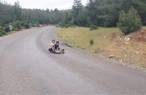 Çocukların Tahta Arabalı Hız Gösterisi Görenleri Hayrete Düşürdü