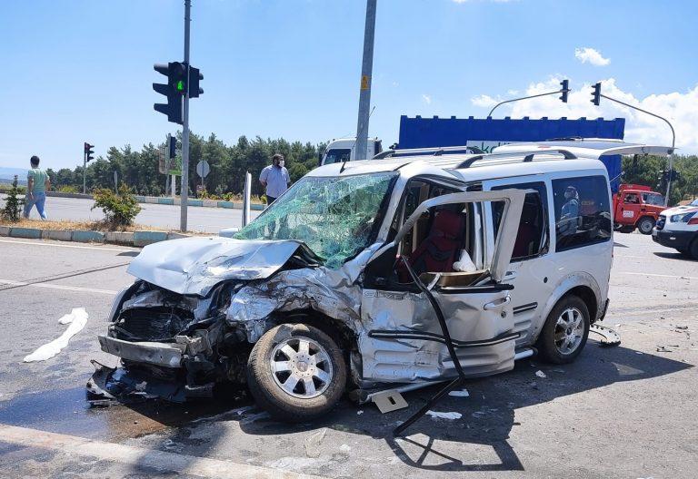 Minibüs ve Hafif Ticari Aracın Çarpıştığı Kazada Can Pazarı Yaşandı : 7 yaralı