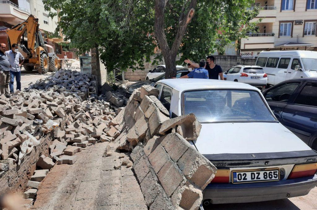 Pazarcık'ta İhata Duvarı Araçların Üzerine Yıkıldı