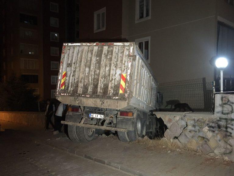 Kahramanmaraş'ta Freni Boşalan Kamyon Apartmana Girdi