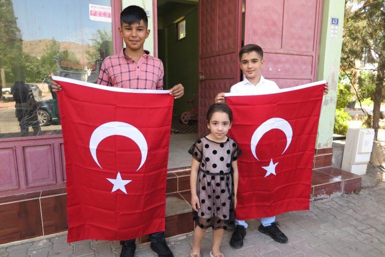 Gururlandıran Çocukların Evleri Türk Bayrakları İle Donatıldı