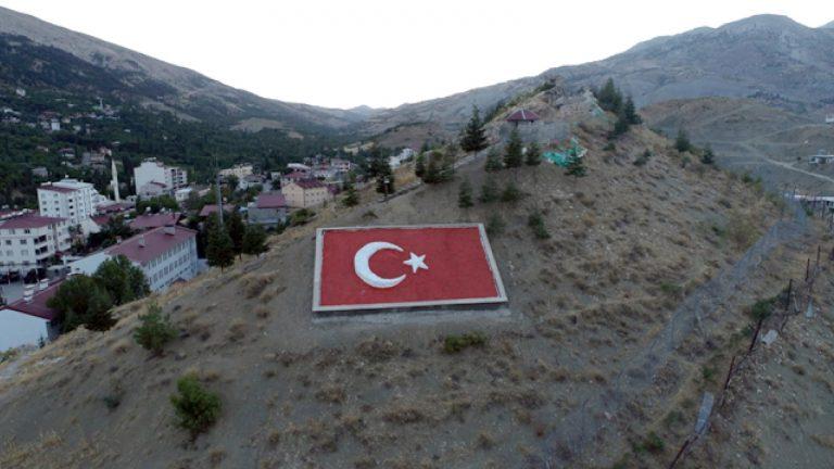Çağlayancerit'te Türk Bayraklı 15 Temmuz mesajı gururlandırdı
