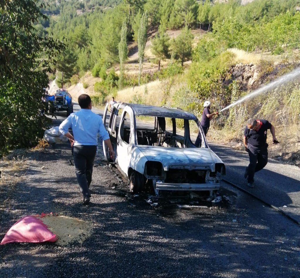 Seyir halinde alev alan araç orman yangına neden oldu