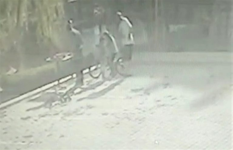 Domates salçasına zarar verdiği iddiasıyla çocukları dövdü