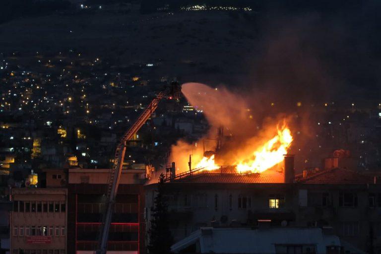 Kahramanmaraş'ta apartmanın çatı katı yeniden yandı