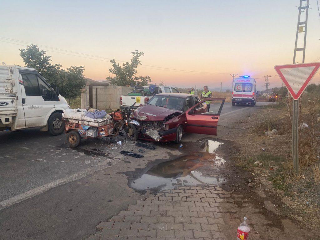 Otomobil ile sepetli motosiklet kafa kafaya çarpıştı: 2 yaralı