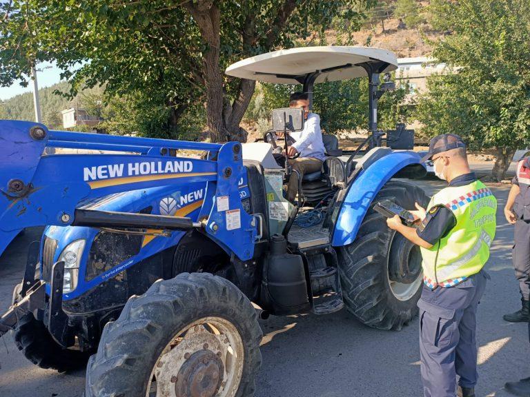 Kahramanmaraş'ta jandarma trafik timleri, sorumluluk sahasında tarım araçlarına yönelik eş zamanlı denetim yaptı.